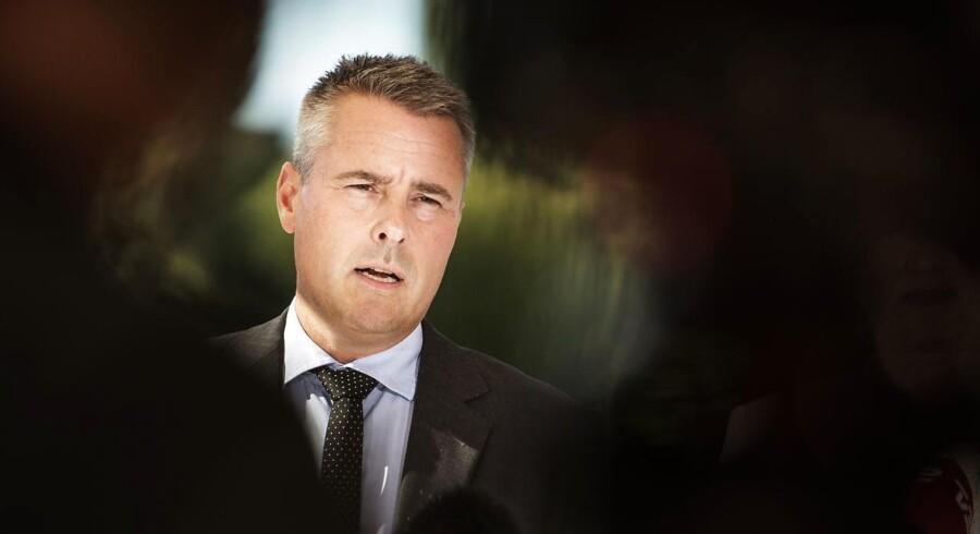 Gruppeformand Henrik Sass-Larsen (S) vil have tidligere toppolitikere ind i bankernes bestyrelse. Han glemmer, at det er prøvet før – uden at det forhindrede skandaler i finanssektoren.