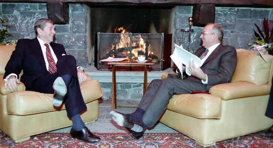 Billede af det første møde mellem USAs præsident Ronald Reagan og Sovjet-generalsekretær Mikhail Gorbatjov i 1985. Ifølge Reagan selv fortalte han denne vits til Gorbatjov, der morede sig: En amerikaner fortæller en russer, hvordan han kan stå foran Det Hvide Hus og råbe »til helvede med Reagan«. Russeren siger, »det er da ikke noget, jeg kan også stå foran Kreml og råbe til helvede med Reagan«.