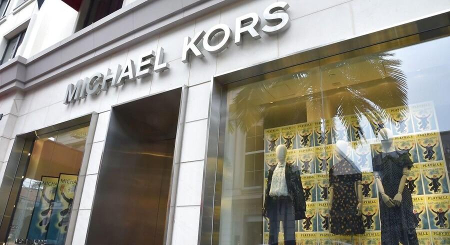 Michael Kors, der har købt Versace, sælger modetøj i sine butikker, men er især kendt for sine håndtasker, der koster mindre end 500 dollar. Til sammenligning starter prisen på Versaces håndtasker ved 1.500 dollar.