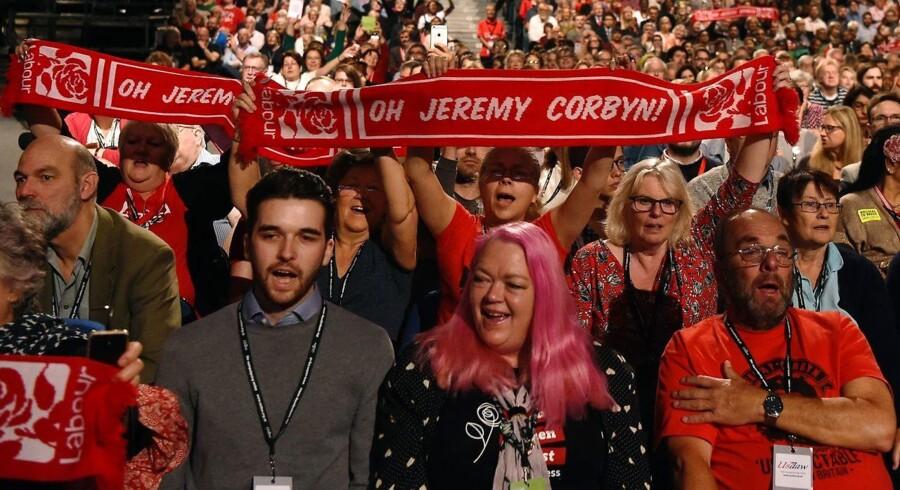 Labour-lederen Jeremy Corbyn har trukket det britiske arbejderparti skarpt til venstre. Hans linje er tidligere blevet undsagt af mange af partiets traditionelle sværvægtere, der forgæves har prøvet at vælte ham. Men nye medlemmer er strømmet til.