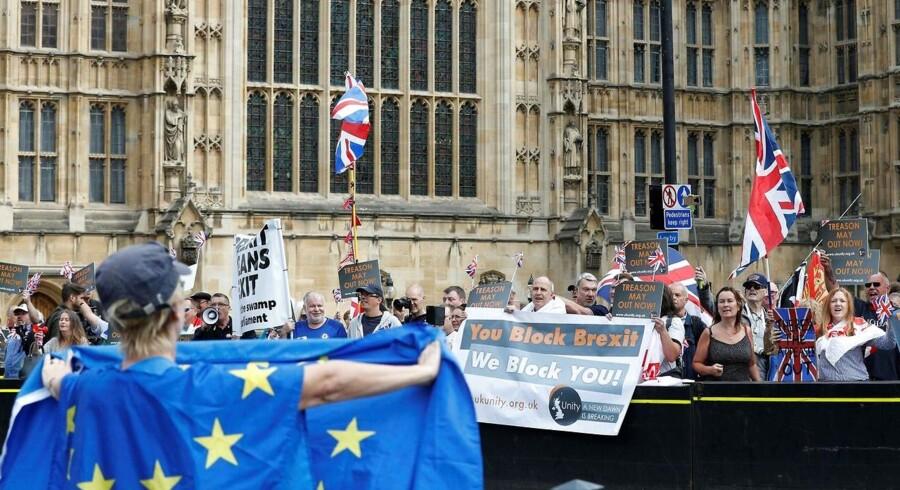 Tilhængere og modstandere af Brexit protesterer foran det britiske parlament 5. september. Heller ikke indenfor murene kan man enes om en løsning.