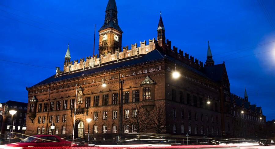 København repræsenterer vor tids største udfordring og mulighed. I dag lyder der skud på Københavns gader, men også en »klang af fest og glæde,« ganske som Olga Svendsen sang det i 1933: »Stolt jeg synger, når jeg hører Rådhusuret slå: København med V og N og Ø og K«.