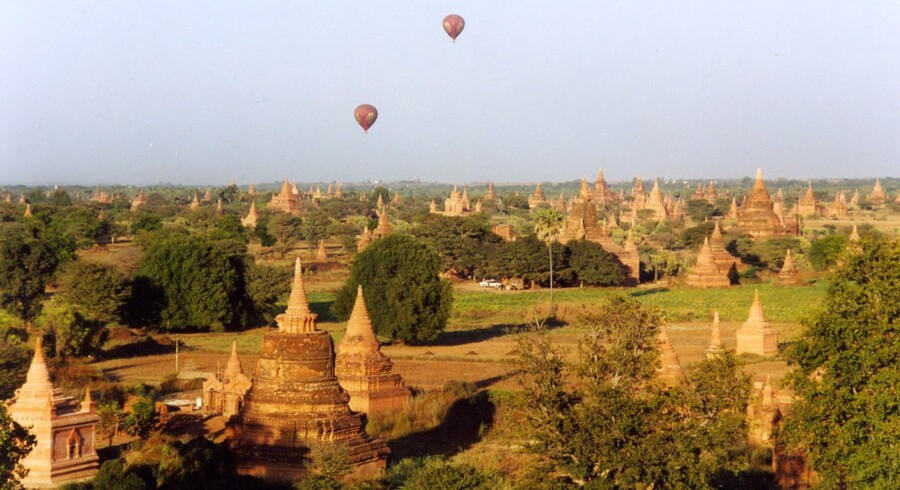 Myanmars måske største turistattraktion er de mange templer i området Bagan, der bedst opleves fra luftballon. Fotos: Jakob Øster