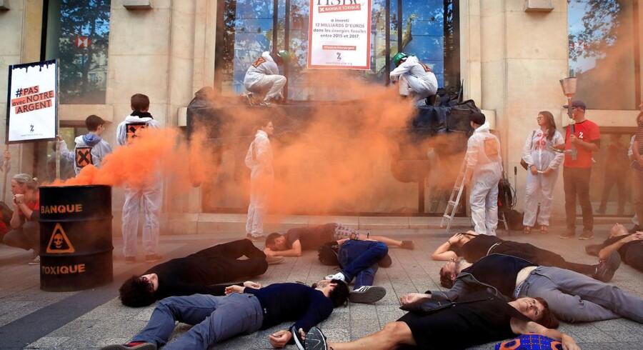 Den venstreorienterede anti-globaliseringsbevægelse Attac protesterer foran HSBC Bank i Paris for at markere tiåret for finanskrisen 2008.