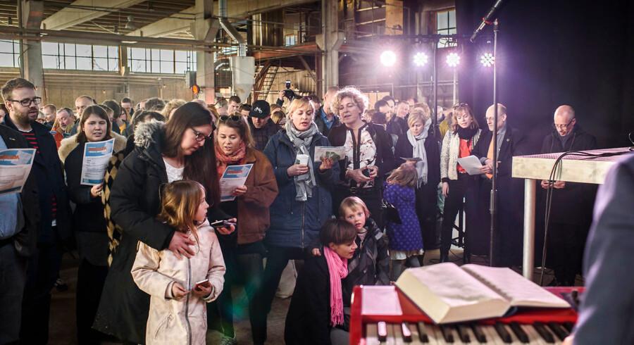 Fællessang under åbningen af Roskilde Festival Højskole.