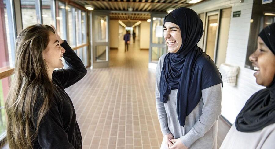 Sagal Egal, 15 år (th), Dewa Safi, 14 år, i midten og Anisa Dzeladini, 14 år (tv) går på Tingbjerg Skole. De tre piger fra 8. klasse oplever ikke, at deres jævnaldrende laver mere ballade end så mange andre børn og unge i samme alder.