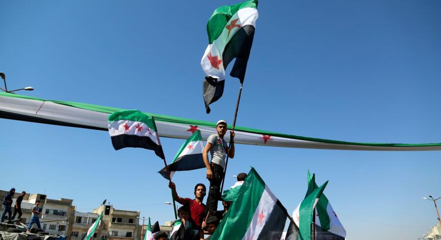 Fredag var regeringsmodstandere på gaden i byen Idlib i det nordlige Syrien, som oprørere kontrollerer. Zein Al Rifai/Ritzau Scanpix