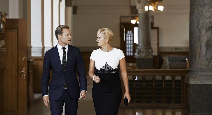 Venstre-minister Eva Kjer Hansen og hendes særlige rådgiver, Morten Flindt, har skrevet en debatbog om et misligholdt folketing. Der mangler kompetencer, efteruddannelse og værdighed mellem medlemmerne.