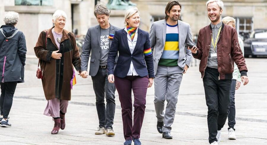 Alternativister og i dagens anledning aktivister iklædt regnbuefarver ankommer til åbningsgudtjeneste. I front er det Josephine Fock.