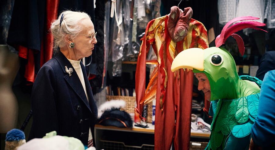 Dronningen er ofte inviteret til at sy kostumer til teaterstykker. Nu vises et udvalg på Amalienborgmuseet. Her taler Dronningen med en papegøje i kulissen til Pantomimeteatret. Pressefoto: Kamilla Bryndum