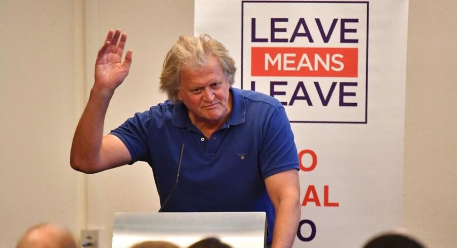Tim Martin er en britisk milliardær og ejer af pubkæden Wetherspoons – og han er en af de få forretningsfolk, som er tilhængere af Brexit. På et debatmøde under det konservative årsmøde talte han sammen med den konservative EU-modstander Jacob Rees-Mogg, og de lovede et demokratisk paradis på den anden side Brexit. EU er en »udemokratisk og uparlamentarisk forsamling med en uønsket domstol,« som Martin blandt andet sagde. Fremover kan han gå til sin egen britiske lokalpolitiker og kræve lavere moms for pubber i stedet for at gå til Bruxelles, hvor ingen kender ham, som han sagde.