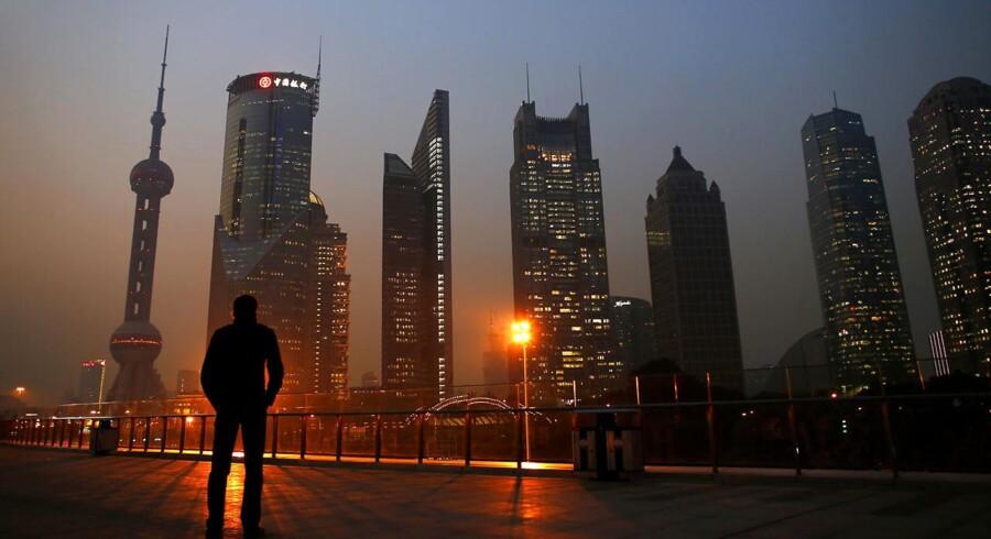 Jeppe Christiansen fra Maj Invest sætter i denne uge fokus på den kinesiske økonomi, der især har to udfordringer i form af en kolossal gældsætning og efterveerne af etbarnspolitikken. Billedet viser Pudong-finansbydelen i Shanghai. Foto: Carlos Barria/Reuters/Ritzau Scanpix