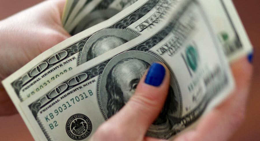 Der er bud efter dollar overalt torsdag morgen, hvor euro, yen og pund alle er presset ned i forhold til den amerikanske valuta.