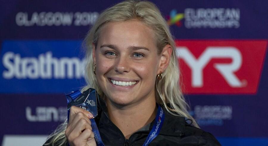 Pernille Blume her med sin søvmedalje fra Glasgow i år - for to år siden var der ikke meget at smile af. Russiske efterretningsagenter hængte hende til tørre verden over.