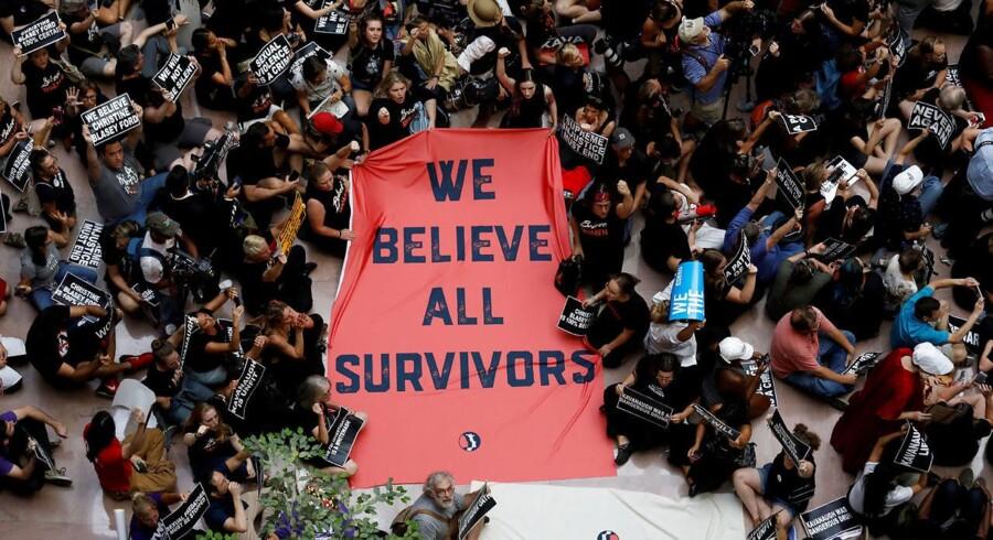 Aktivister demonstrerer mod Brett Kavanaugh - for at støtte Christine Balsey Ford, universitetsprofessoren, der har anklaget Kavanaugh for seksuelt overgreb i 1982. REUTERS/Kevin Lamarque TPX IMAGES OF THE DAY