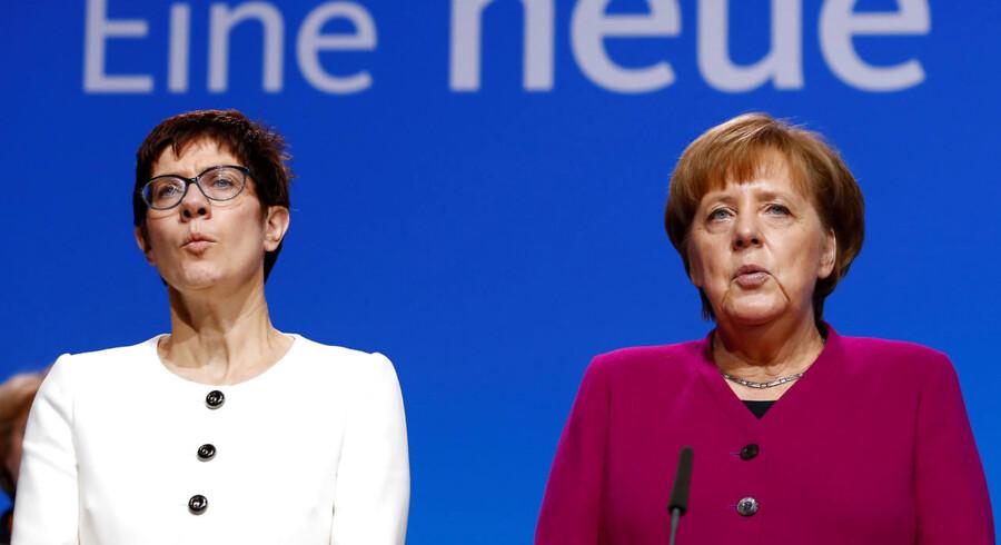 Den tyske kansler, Angela Merkel, sammen med Annegret Kramp-Karrenbauer, som meget vel kan ende med at afløse hende på posten. Foto: Fabrizio Bensch/Ritzau Scanpix
