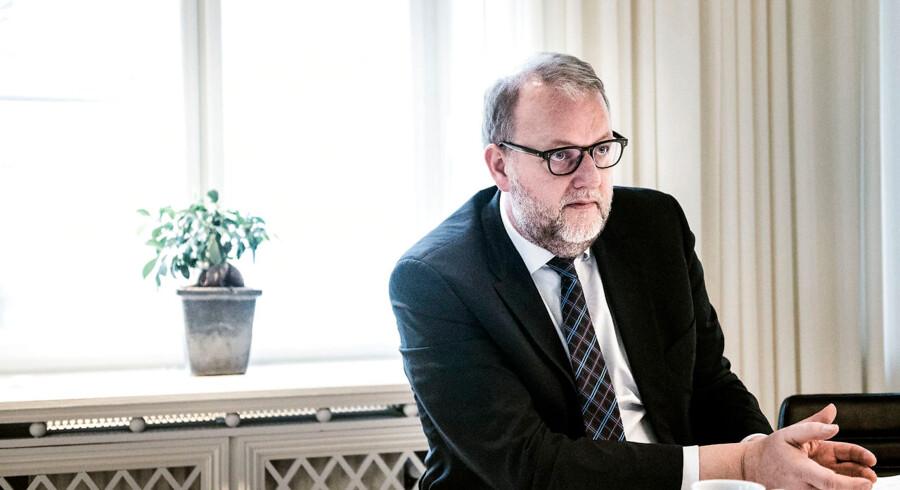 Med en dedikeret forskningspulje på 100 mio. kr. tager klimaminister Lars Christian Lilleholt nu det første skridt i retning mod et Danmark, der begynder at lagre CO2. »Der er mange muligheder for at optage CO2 og dermed trække det ud af atmosfæren,« siger han.