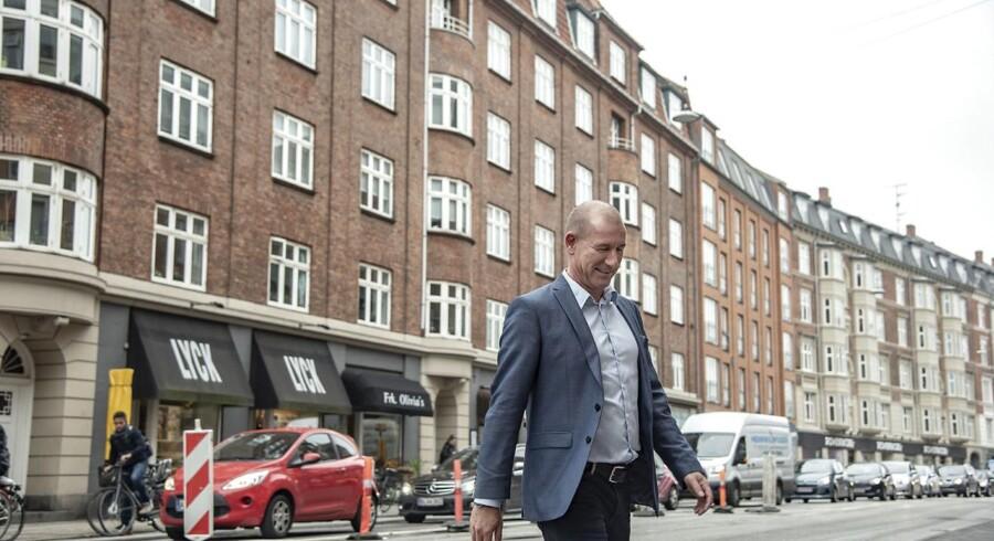 Lars Guldhammer, formand for en andelsforening, der har solgt ejendommen til et investeringsselskab, så andelshaverne blev lejere. Her foran ejendommen.