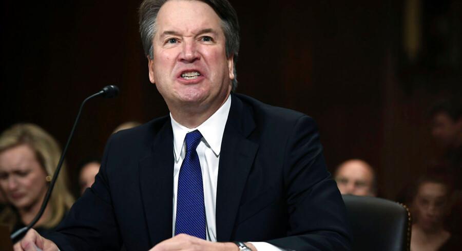 Brett Kavanaugh udtrykte sig med både vrede og bitterhed, da han 27. september svarede på spørgsmål i Senatets retsudvalg. Han karakteriserede de fremlagte sexanklager mod ham som en politisk konspiration, udført på vegne af »the Clintons«.