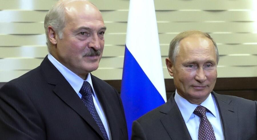 Hvideruslands præsident, Aleksander Lukasjenko (tv), ses her med Ruslands præsident, Vladimir Putin. Lukasjenko har et køligt forhold til Vesten, mens han har det noget bedre med det store naboland Rusland. Mikhail Klimentyev/Ritzau Scanpix