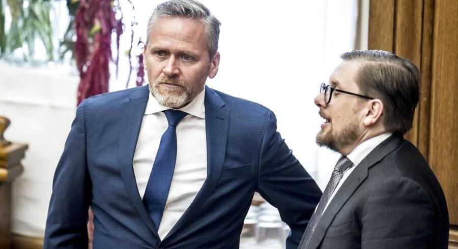 Anders Samuelsen (LA) og Simon Emil Ammitzbøll-Bille under (LA) under åbningsdebatten i Folketinget, hvor de for tiden føler sig ret ensomme i blå blok.