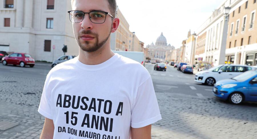 Tony Gentile/Reuters/Ritzau Scanpix: Misbrugsofferet Alessandro Battaglia protesterer 3. oktober mod katolske præsters misbrug af børn - og kirkens forsøg på at skjule det. På T-shirten står der »Misbrugt da jeg var 15 år af Fader Mauro Galli«. I baggrunden ses Peterskirken.