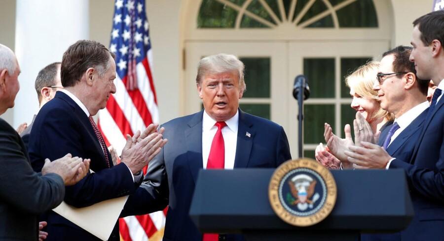 Kevin Lamarque/Reuters/Ritzau Scanpix. USAs præsident, Donald Trump, modtager applaus fra medlemmer af regeringen og Det Hvide Hus' stab i forbindelse med offentliggørelsen af den nye handelsaftale mellem UA, Mexico og Canada, USMCA.
