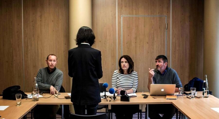 Grace Meng, hustruen til den tilbageholdte, tidligere Interpol-chef Meng Hongwei, taler til journalister ved et pressemøde i søndags i den franske by Lyon. Hun vender ryggen til journalisterne, fordi hun frygter for sin families sikkerhed.