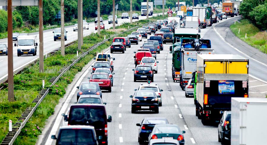 Fra den 1. januar 2011 blev muligheden for at indregistrere en fabriksny bil med dieselmotor uden partikelfilter fjernet. Det var konsekvensen af den såkaldte Euro 5-norm. Regeringen planlægger desuden, at det fra 2025 ikke længere skal være muligt at indregistrere bybusser og taxaer, der udelukkende kører på benzin og diesel. Foto: Bax Lindhardt