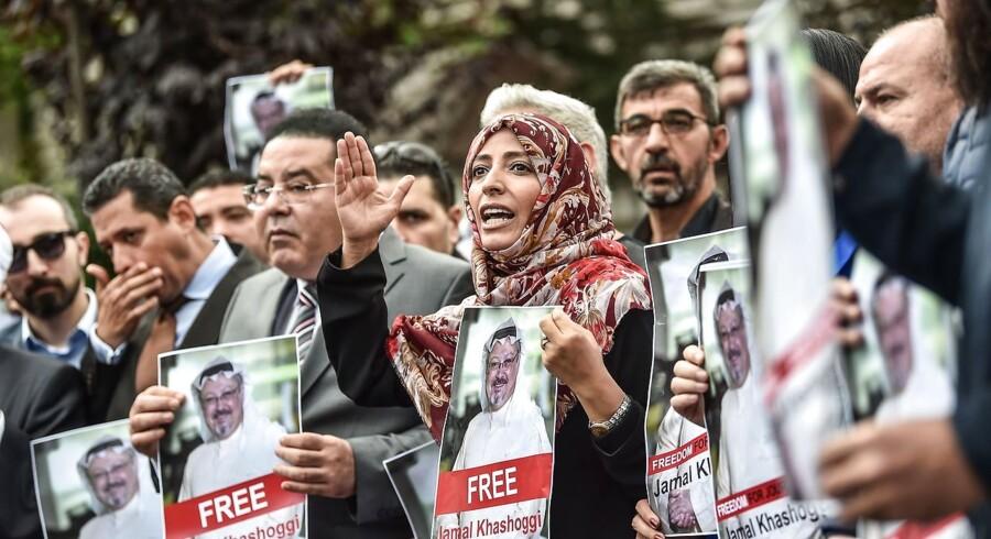 I midten står den tidligere modtager af Nobels Fredspris, journalist Tawakkol Karman fra Yemen, og til venstre for hende står den egyptiske oppositionspolitiker Ayman Nour. Begge holder billeder af den forsvundne journalist Jamal Khashoggi under en demonstration foran det Saudi-Arabiske konsulat i Istanbul 8. oktober 2018. Jamal Khashoggi har skrevet kritisk om styret i Saudi-Arabien og forsvand efter et besøg på konsulatet 2. oktober.