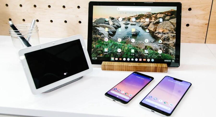 Her er Googles nyeste hardware: Home Hub-højttaleren med skærm, Pixel Slate-tablet med Chrome OS som styresystem og de to Pixel 3-telefoner, som alle blev præsenteret tirsdag aften i New York. Arkivfoto: Alba Vigaray, EPA/Scanpix