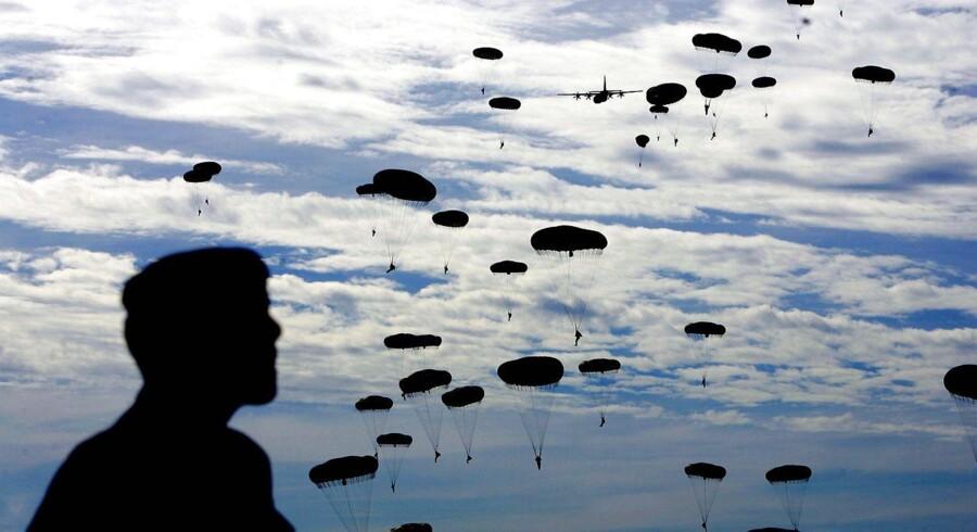 6.000 faldskærmssoldater deltog i 2004 i en mindehøjtidelighed for De Allieredes aktion ved Arnhem..AFP PHOTO CONTINENTAL ROBIN UTRECHT / ANP / AFP