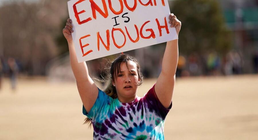 Leah Zunger fra Columbine High School protestere under en march til ære for de 17 dræbte fra Marjory Stoneman Douglas High School. I 1999 myrdede to bevæbnede skoleelever 12 mennesker på Columbine High School, i en af de mest berygtede skoleskyderier.