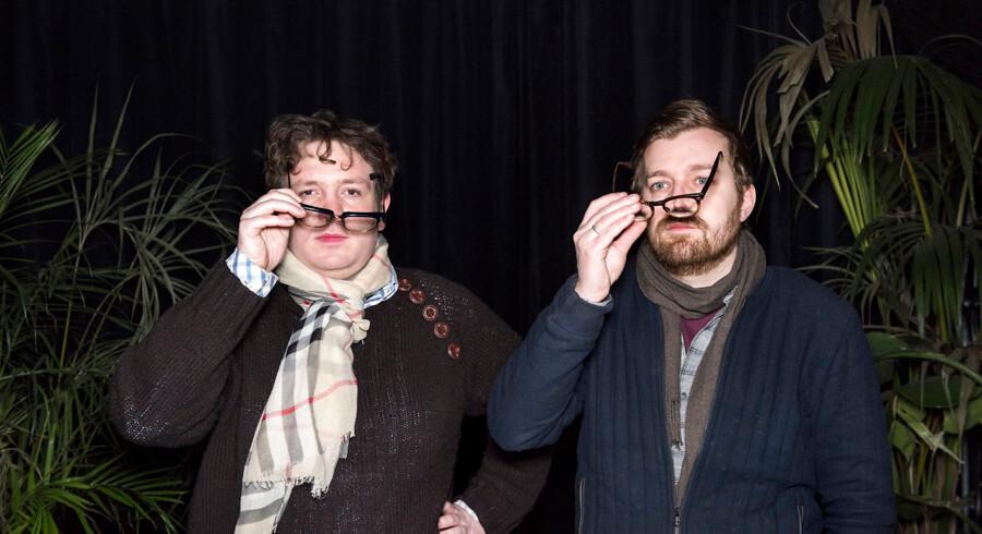 Rasmus Bruun og Frederik Cilius kendt fra 'Den Korte Radioavis' kan nu opleves live i 'Det Skide Show' i rollerne som seniorkorrespondent Kirsten Birgit Schiøtz Kretz Hørsholm og redaktør Rasmus Bruun.