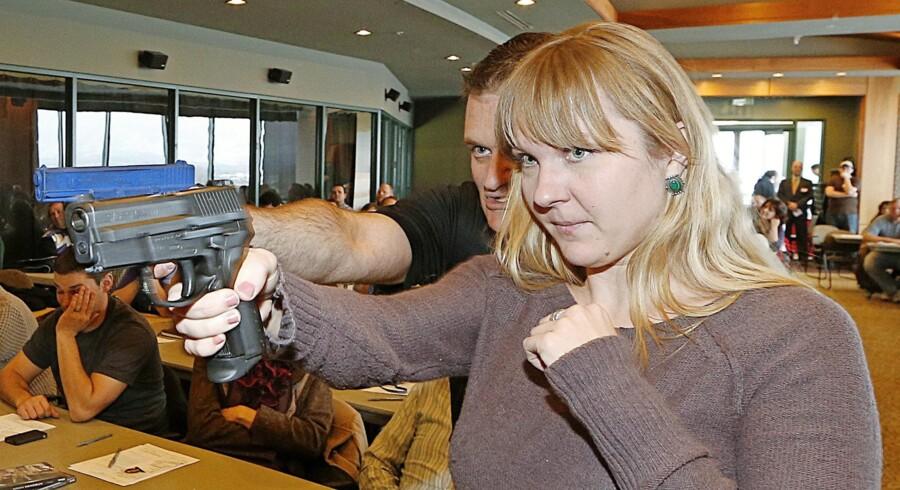 I Utah er lærere tidligere blevet tilbudt skydekursus. Her er det skolelæreren Joanna Baginska, der lærer at håndtere en Sig Sauer af instruktør Clark Aposhian. Foto: George Frey