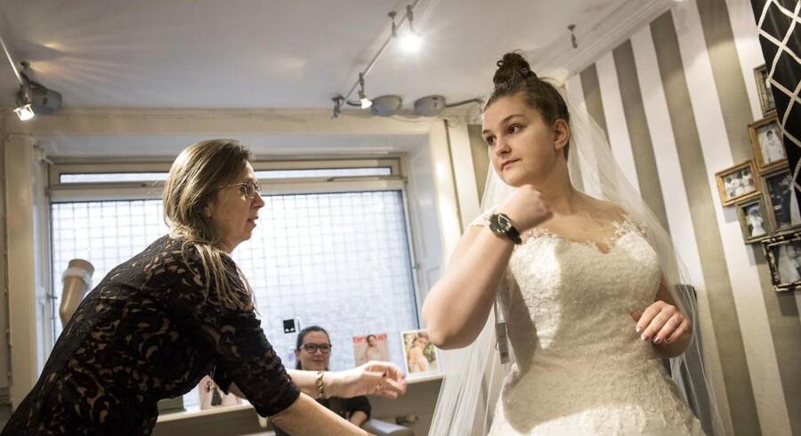 Lily på strøget i København lukker. Gennem mange år har Lily på strøget i København været stedet, hvor kommende brude og konfirmander kom for at finde den helt rigtige kjole. På billedet er Ida, der skal giftes til september ved at prøve brudekjoler.