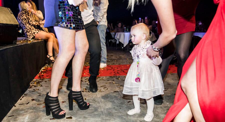 """Reportage fra Reality Awards afholdt på Docken d. 12. januar 2018. Et barn fra De Unge Mødre helt oppe ved scenen midt under en opførelsen af sangen """"Gokkesok"""""""