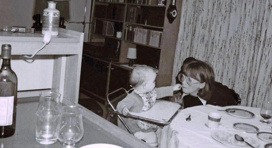 »Rusmisbrugere skal ikke mødes med fordømmelse og skam, men med interesse og omsorg. Deres børn, alle de små piger og drenge, der sidder rundt omkring i Danmark i deres fysiske og mentale skabe, får det ikke bedre af at forældrene bliver stigmatiseret,« skriver Anne Bitsch. Privatfoto af Anne Bitsch og hendes mor.