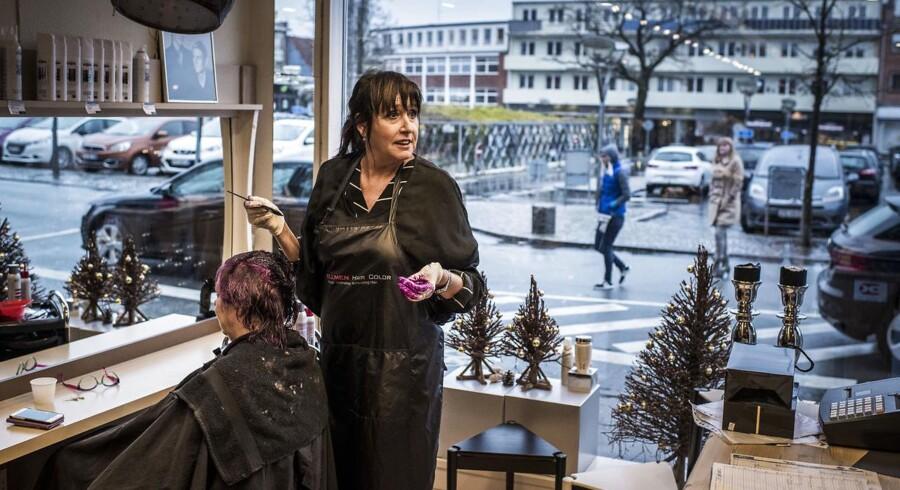 På Rådhuspladsen i Slagelse ligger Salon Hos Karen & Solveig. Her bliver der for tiden kun talt om én ting: Borgmesterdramaet, der nu har stået på i mere end en uge. Politikerne kan ikke blive enige om, hvem der skal sætte sig på posten. »Jeg synes, de opfører sig en anelse latterligt,« siger indehaver Karen Beierholm.