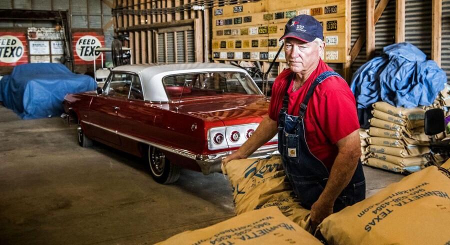 Texas-farmeren Bob Howard henter sække med foder til sine køer i sin lade, hvor han også har sine samling af amerikanske vintage biler, som han selv går og sætter i stand om vinteren, når der er mindre arbejde i marken.