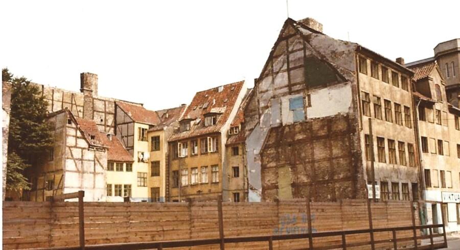 Landemærket 1966. Saneringen er i gang, og og både for- og baghuse rives ned. Tv. ses bagsiden af husene i Landemærket.