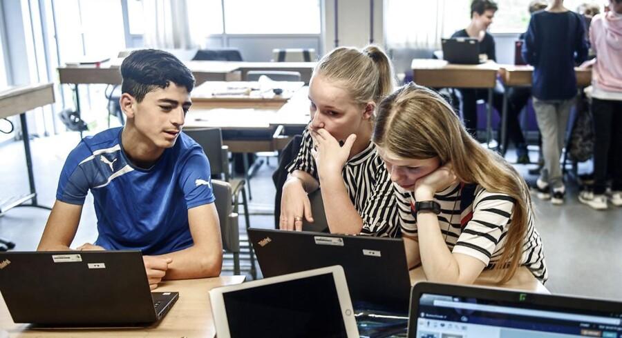 Hamza Abdul Kader, Rikke Kiærulf Olsen og Julie Jul Larsen har matematik på Hvalsø Skole. Skolen har tre modtageklasser til flygtninge- og familiesammenførte børn.