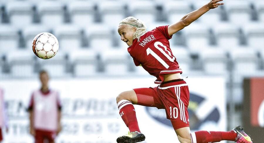 Kvindelandsholdet har kastet sig ud i ligestillingskampen, men idrætshistoriker mener, at der sker en infantilisering af spillerne, hvor vi lader som om de spiller verdensklasse fodbold.(Foto: Henning Bagger/Scanpix 2017)