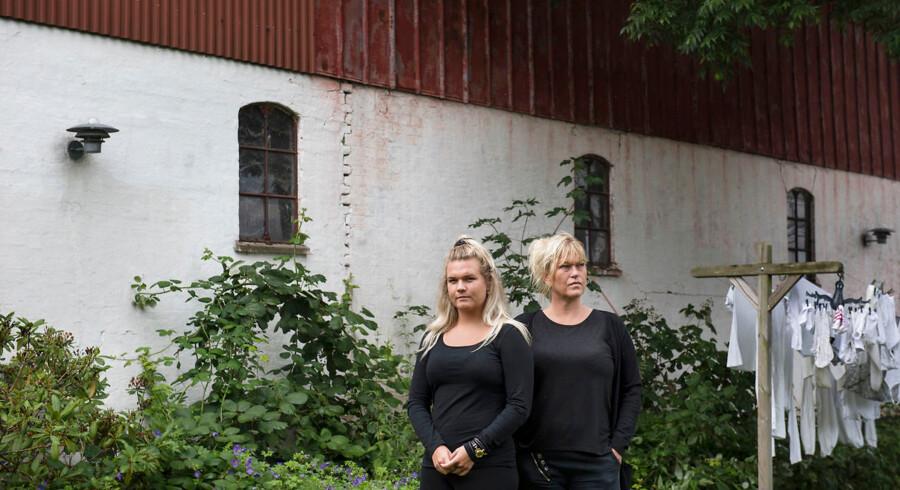 """Familien Bjørk har sat overvågningskameraer op på deres gård uden for Ringsted. """"Det giver en smule tryghed, """" siger Bitten Bjørk."""