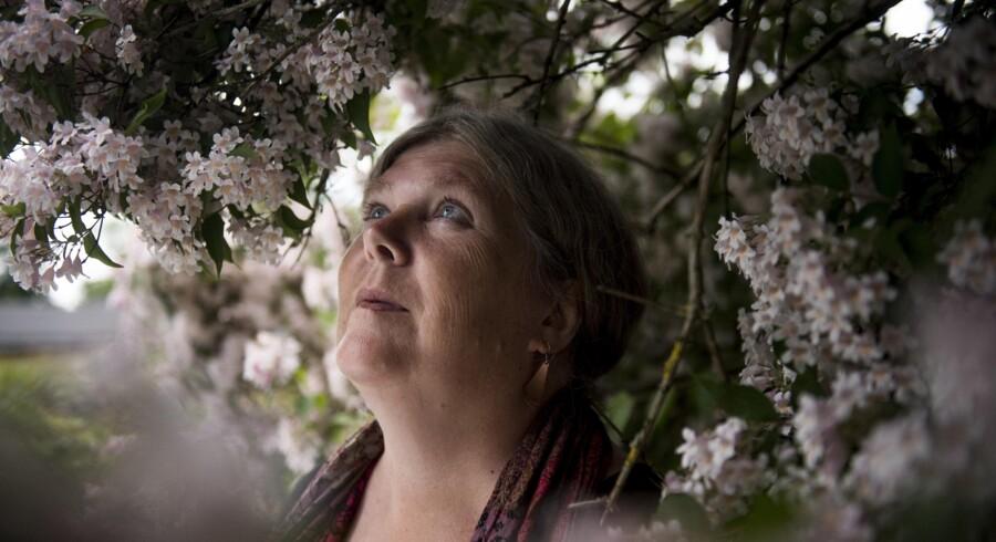 Lene Kaabrbøl er tilbage i Danmark efter at have boet på den engelske ø Sark i nogle år. Blodpropper i hjernen stoppede midlertidigt hendes produktive forfatterskab, men nu er hun i gang med at skrive igen.
