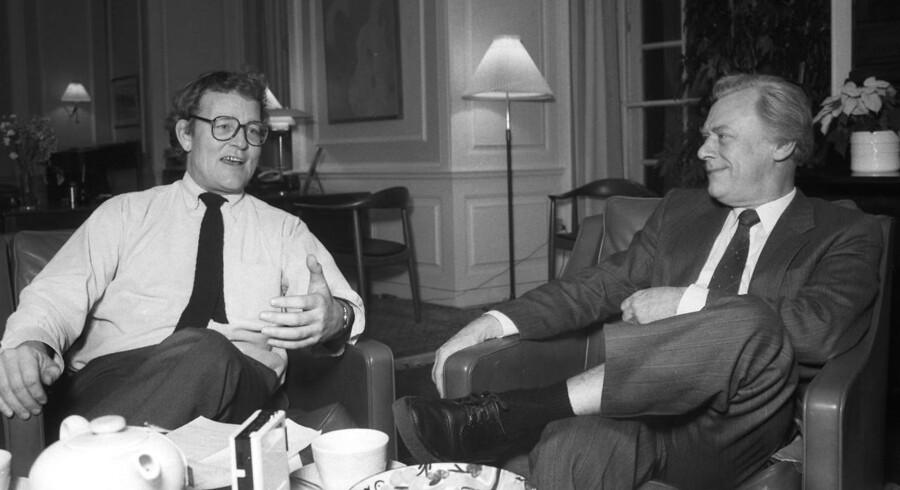 Niels Helveg Petersen (R) havde et tillidsfuldt forhold til den konservative statsminister Poul Schlüter, som de Radikale hjalp til magten i 1982. Her drikker de to te i Statsministeriet i december 1985.