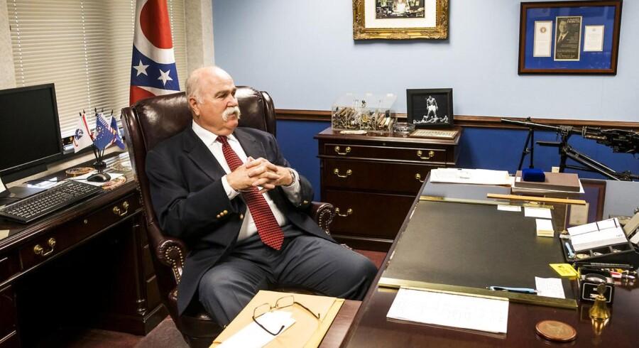 Sheriff Richard Jones, der her ses på sit kontor i Hamilton, Ohio, er stolt af sit imponerende overskæg.