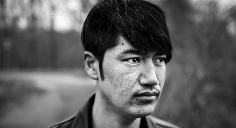Ali er 15 år og er flygtet til Danmark alene. Han kommer fra Afghanistan. Lige nu ved han ikke, hvor hans mor og tre mindre søskende er. Hans far blev dræbt af Taleban, da han nægtede at gøre Ali til selvmordsbomber.