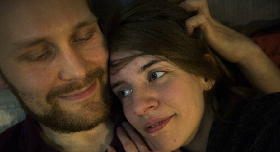 Ejnar og hans kone Mia lever i et åbent forhold.De er 28 og 24 år gamle, er netop blevet gift til et bryllup, hvor deres forskellige partnere deltog.