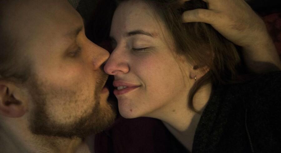 »Når jeg er sammen med andre, kommer jeg hjem og elsker Ejnar endnu mere. Og vælger ham endnu mere til og ved helt sikkert, at det er ham jeg skal have børn med og bo med. Men jeg ville heller ikke vælge de andre fra,« siger 24-årige Mia Håkonsen. Parret lever på femte år i et polyamorøst forhold og er netop blevet gift.